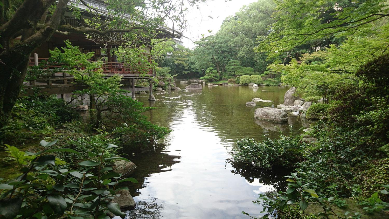 Il lago è l'elemento generatore a Yusentei Park, e distribuisce lo spazio e il tragitto del visitatore.