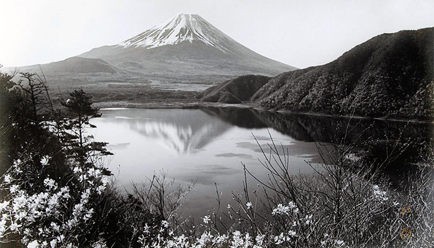 Il famoso scatto di Kōyō Okada ritraente il Monte Fuji dal Parco Naturale di Fuji-Hakone-Izu. Questa è l'immagine riprodotta oggi sulle banconote da 1000 yen (internet database).