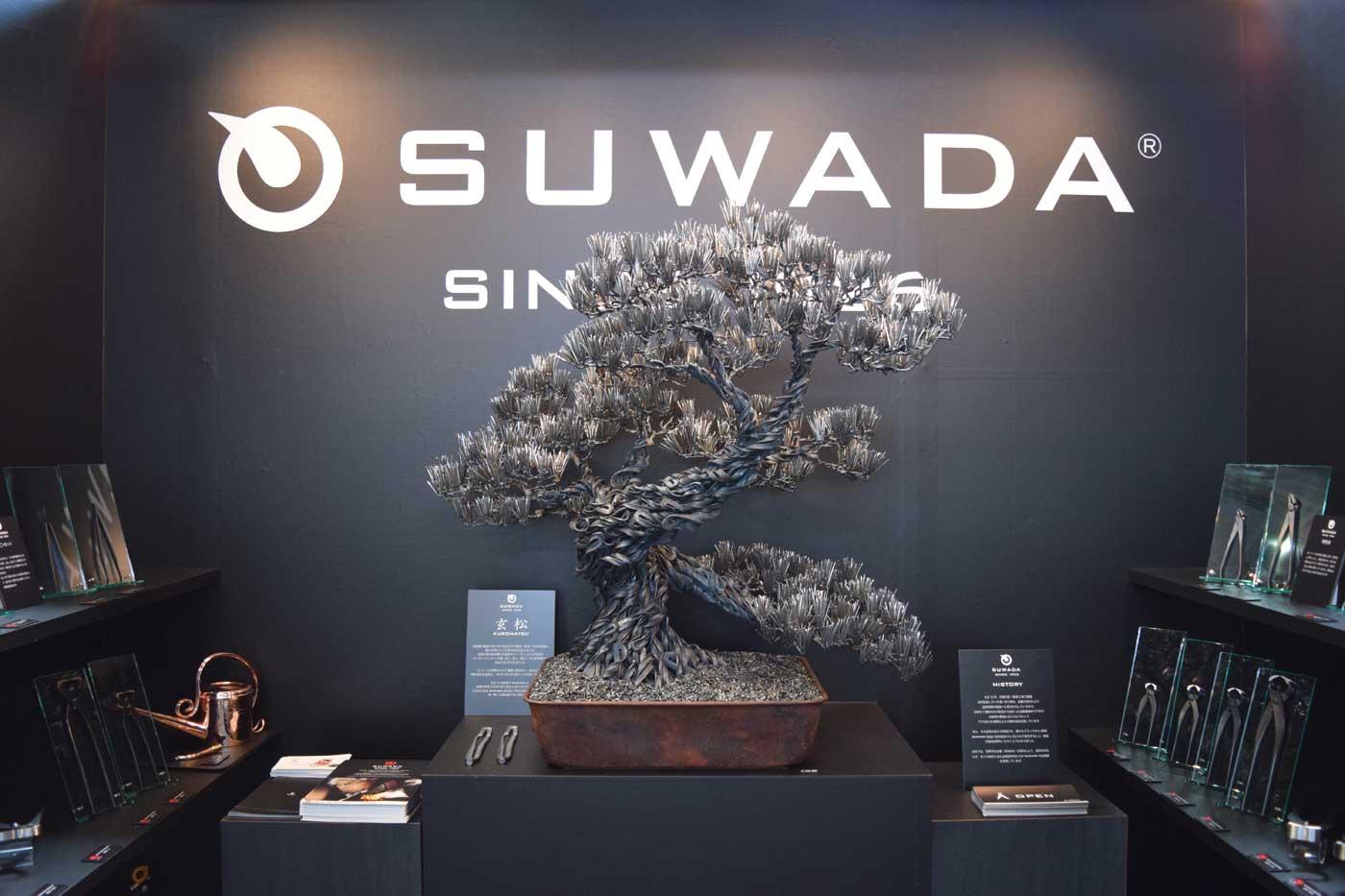 Bonsai di acciaio nello stand di Suwada, acciaierie per giardinaggio e bonsaismo.